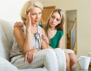 dorosła córka umów starszą matkę