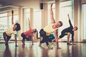 Grupa wielorasowa podczas zajęć aerobiku