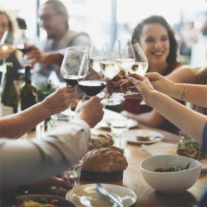 grupa ludzi podniesionych kieliszki do wina