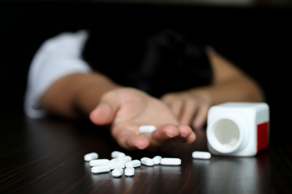 Woman overdose and had a pills in her hand.