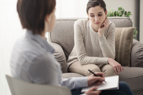 woman with mental illness talking to a therapist
