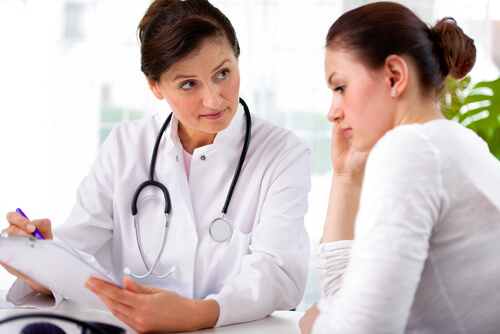 doctor examining the female patient before opioid detox