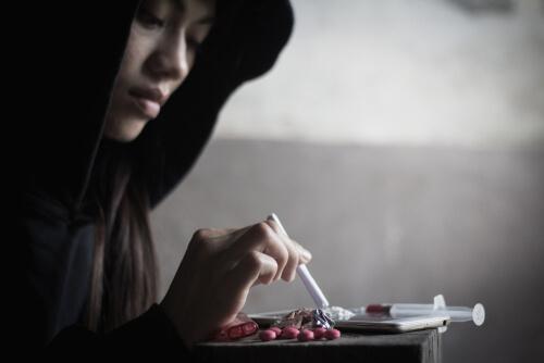 pregnant woman snorting heroin