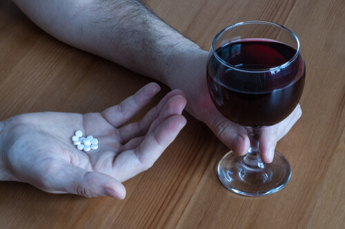 mix alcohol with mobic pills and glass of red wine