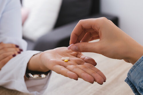 Doctor giving Lortab detox pills to a patient