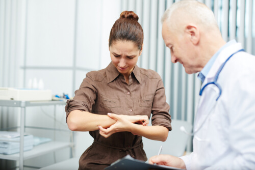 woman feeling severe itching during Lortab withdrawal