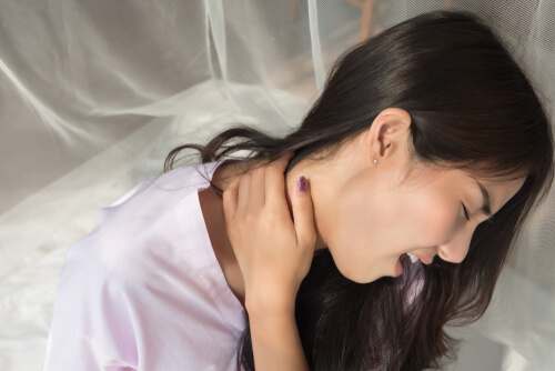 woman experiencing neck pain