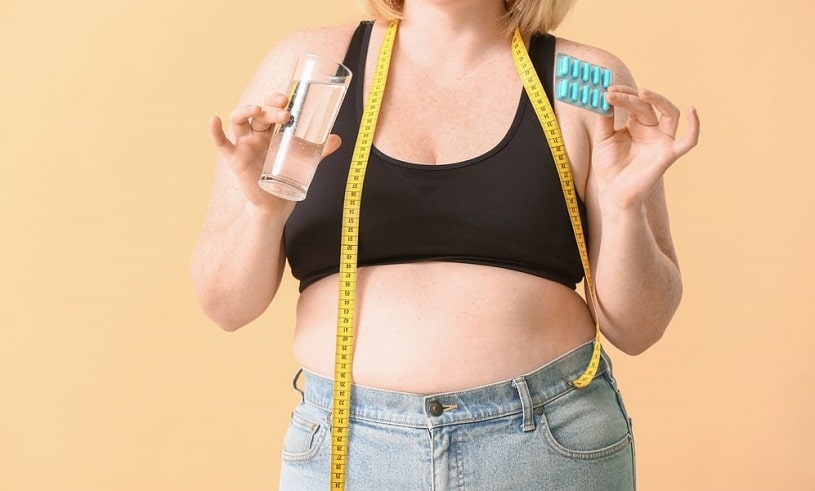 Woman-with-quetiapine-pills-and-measuring-tape-on-color-background.